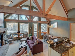 Mountain Luxury Townhome-Ski in/out & Wood Burning Fireplace