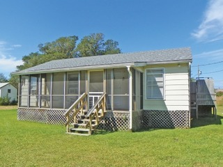 Cozy, comfortable Ocracoke cottage with Lighthouse views.