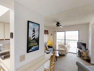 Bright 2 Br/ 1.5 Ba Top floor condo in Gated complex, 2 pools, tennis and beach access