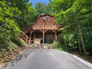 Black Bear Cabin- A cozy cabin with a hot tub! Includes Biltmore!