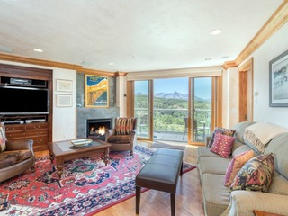 Penthouse At The Peaks 744