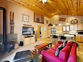 Alpine Chalet w/ Private Hot Tub- Near Lake Donner