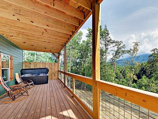 New Listing! Gorgeous Cabin w/ Mountain Views