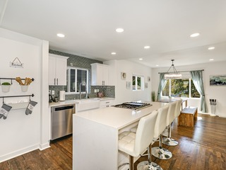Top 2 Floor Suite in Central Ballard- Near Beach & Minutes to City Center