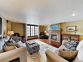New Listing! Luxe Mountain-View Condo w/ Hot Tubs