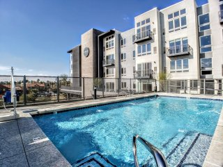 Stately Urban Pad | Light Rail | Arts District | Rooftop Pool ➔ C1