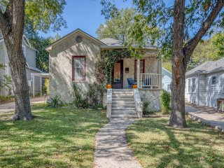 Charmer Close to DT Austin- Large 4bd/3ba + HotTub