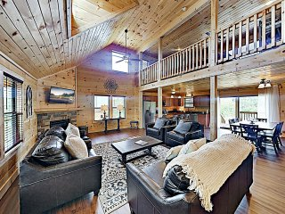 Brand-New Luxury Cabin w/ Hot Tub & Firepit