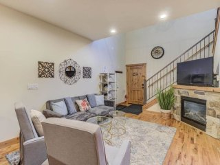 4 Bedroom Close to Town, Cozy in Lake Village (LV81A)