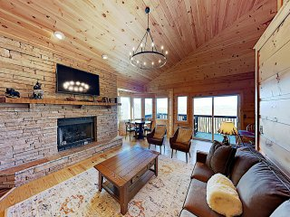 Beautiful Mountain-View Lodge w/ Private Hot Tub