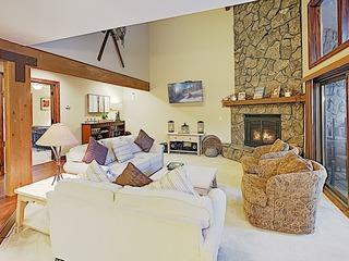 Luxe Mountain-View Retreat: Private Hot Tub, Sauna